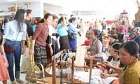 越南参加2015年老挝美术手工艺品博览会