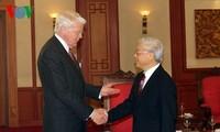 越共中央总书记阮富仲会见冰岛总统格里姆松