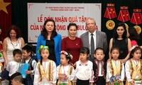 保加利亚驻越大使斯托伊切夫探访越保幼儿园并赠送礼物
