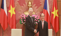捷克议会参议院主席什捷赫正式访问越南