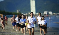 """""""岘港海滩赤足跑步""""活动首次在岘港市举行"""