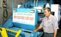 发明联合收割脱谷机的农民阮文琅