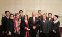 新西兰政府向30名越南学生颁发奖学金