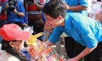 胡志明市向残疾青年赠送春节礼物