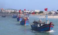 越南中部庆和省渔民在海上过年