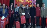 越南党和国家领导人向贫困者和政策优抚家庭拜年和赠送礼物