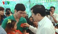 越南国家主席张晋创向长沙岛县军民赠送春节礼物