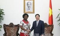 越南政府副总理兼外长范平明会见世行副行长维多利亚•克瓦