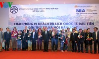 河内和胡志明市接待新年的第一批国际游客