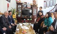 越南党、国家、国会和祖阵领导人向人民致以新年祝福