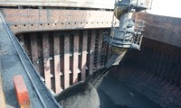 广宁省锦普港:丁酉春节第一天28万吨煤炭进港卸货
