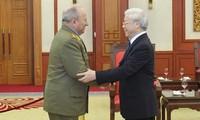 越南党和国家领导人会见古巴革命武装力量部部长辛特拉