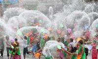 老挝驻越大使馆举行泼水节活动