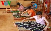 土锦布——衡量莫侬族妇女是否灵巧的标尺