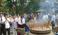 Overseas Vietnamese offer incenses at Hung Kings' Temple