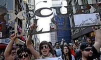 """Demonstrasi memperingati setengah tahun meledaknya gerakan """"The Occupy Wall Street"""""""