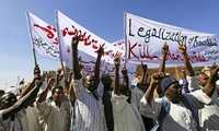 Rakyat di banyak negara Arab dan negara Islam melakukan demonstrasi untuk mencela majalah Charlie Hebdo