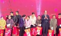 Mengumpulkan uang bantuan sebesar kira-kira 10 miliar dong Vietnam untuk membantu kaum miskin menyongsong Hari Raya Tet
