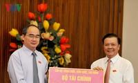 越南祖国阵线中央委员会主席阮善仁接收援助中部灾民的捐款