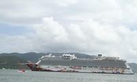 运载近两千名国际游客的游轮抵达越南芽庄湾