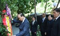 越南党政代表团前往古巴驻越大使馆吊唁古巴革命领袖菲德尔·卡斯特罗