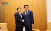 日本首相安倍晋三会见越共中央组织部部长范明正