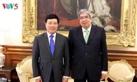 越南政府副总理兼外长范平明会见葡萄牙议会议长罗德里格斯