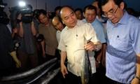 越南政府总理阮春福视察承天顺化和广治两省海洋环境事故发生后后果克服和生产恢复情况