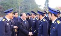 Parlamentspräsident trifft Wähler auf der Insel Bach Long Vi