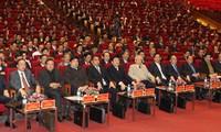 Parteimitglieder diskutieren den Parteiaufbau