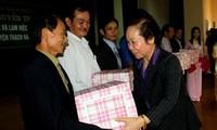 Vize-Staatspräsidentin verteilt Geschenke an arme Schüler