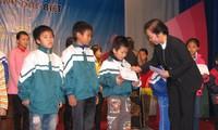 Vizestaatspräsidentin überreicht Stipendien an arme Schüler mit guter Leistung