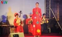 Ao Dai-Vorführung verbindet die Kulturen