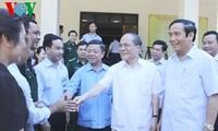 Parlamentspräsident Nguyen Sinh Hung trifft Wähler in Huong Khe