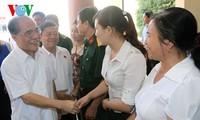 Parlamentspräsident Nguyen Sinh Hung trifft Wähler im Kreis Cam Xuyen in Ha Tinh