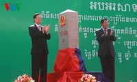 Premierminister Nguyen Tan Dung und Kambodschas Premierminister Hun Sen weihen Grenzsteine ein