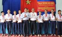 Vizepremierminister Truong Hoa Binh überreicht Geschenke an Lernförderungsfonds in Long An