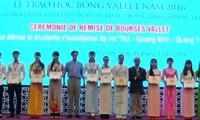 Stipendium Vallet an ausgezeichnete Schüler der drei zentralvietnamesischen Provinzen überreicht