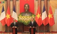 Staatspräsident Tran Dai Quang und Frankreichs Präsident Hollande geben eine Pressekonferenz