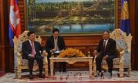 Vizepremierminister Pham Binh Minh trifft Kambodschas Parlamentspräsident Samdech Heng Samrin