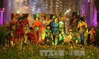 Festival traditioneller Berufe Hue 2017: Eindruck von Hues Malerei und Ao Dai-Tracht