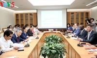 Vuong Dinh Hue travaille avec le directeur national de la Banque mondiale au Vietnam