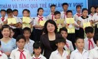 Dang Thi Ngoc Thinh rencontre des familles méritantes et des enfants démunis de Da Nang