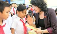 Dang Thi Ngoc Thinh rencontre des familles méritantes à Quang Nam
