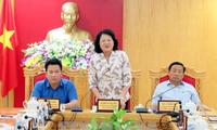 La vice-présidente Dang Thi Ngoc Thinh rencontre des sinistrés du Centre