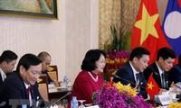 Dang Thi Ngoc Thinh rencontre la présidente de l'Assemblée nationale laotienne