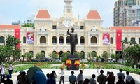 Ho Chi Minh-Statue auf Fußgängerplatz