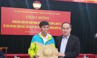 Nguyen Thien Nhan trifft Schüler bei internationalen Olympiaden
