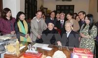 KPV-Generalsekretär Nguyen Phu Trong beglückwünscht seinen Vorgänger Do Muoi