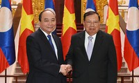 Premierminister Nguyen Xuan Phuc trifft Laos Staatspräsident Bounnhang Volachith